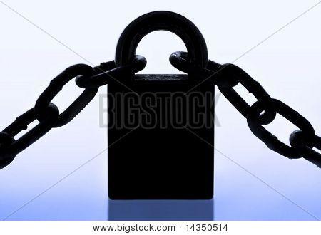 Silueta de gran candado y cadena, con tono azul.  Concepto de la seguridad del negocio.