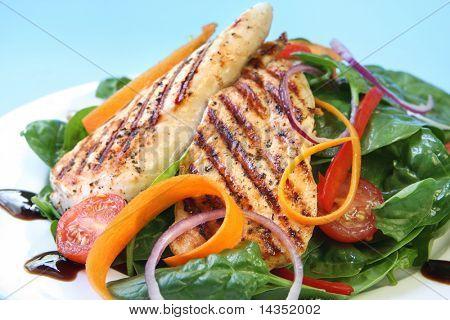 Pechuga de pollo a la plancha con una ensalada de espinacas, con reducción de balsámico.