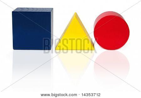 Bloques de madera en forma de un cuadrado, triángulo y círculo, en colores primarios.