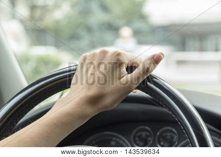 the girl with the manicure keeps hands on the steering wheel of the car