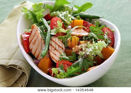 Ensalada de pollo con verduras asadas y Lechugas mixtas.  Deliciosa comida sana.