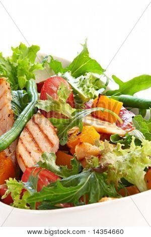 Hähnchen und gebratene Gemüse-Salat mit gemischten grünen.  Leckeres gesundes Essen.