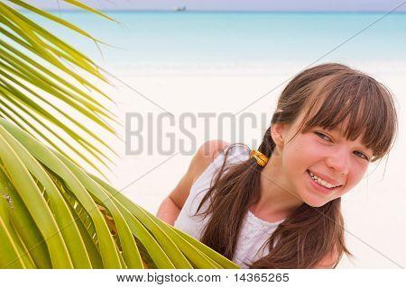 Chica con hojas de Palma