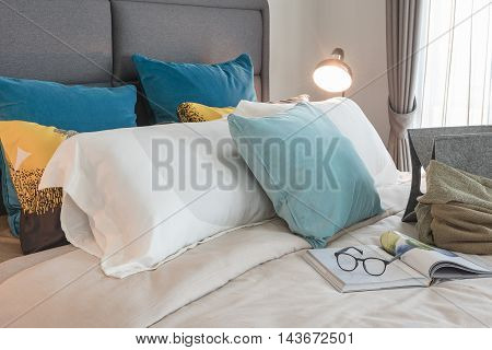 Modern Bedroom Design With Set Of Pillows