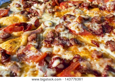 Photo appetizing pizza with sausage cheese tomatoes and mayonnaise close-up