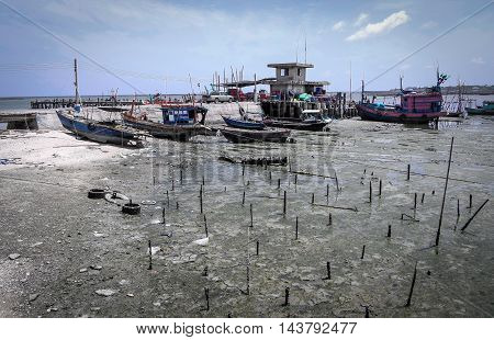the completly neap tide in the morning cause all the fishing boat can not go out from the shore