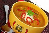 Постер, плакат: Желтый чаша вегетарианские Чили с красным салфетку и бамбука коврик