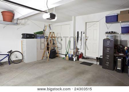 Garaje suburbano interior barrido limpio.