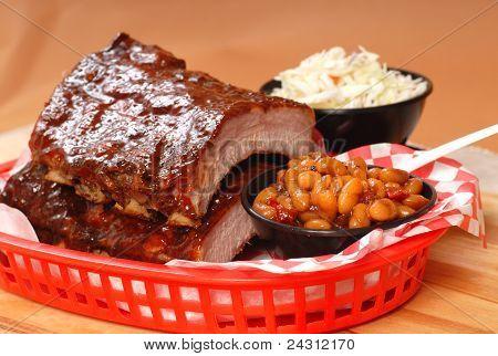 BBQ Ribs mit Bohnen und Krautsalat
