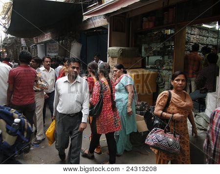 Indiase vrouwen In kleurrijke sari's zoeken de markt winkels