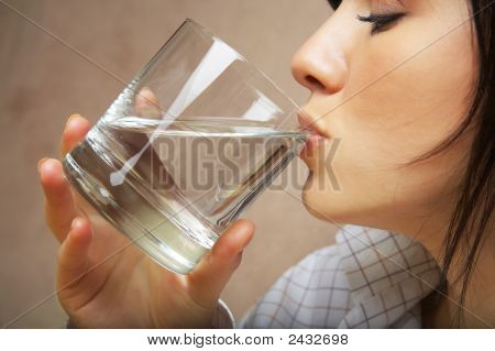 Mujer con vaso de agua Mineral