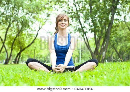 Mujer de yoga en hierba verde