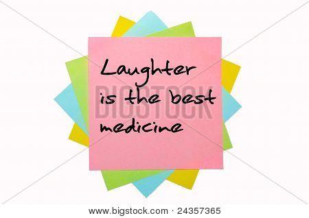 """Provérbio """"o riso é o melhor remédio"""" escrito no monte de notas auto-adesivas"""