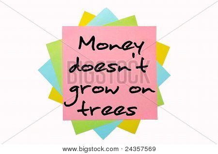 """Proverbio """"el dinero no crece en los árboles"""" escrito en manojo de notas adhesivas"""