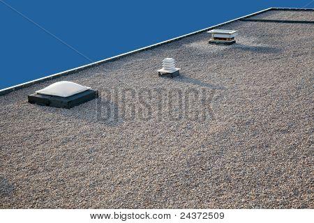 Omgekeerde dak met schoorsteen en dakraam en grind terug naar boven stock foto stock - Maak een grind steegje ...