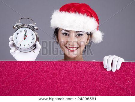 Mujer hermosa con un reloj de alarma