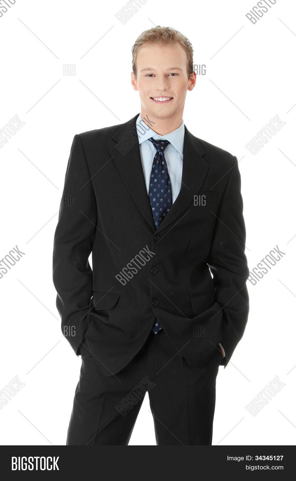 jung gut aussehend gesch ftsmann tragen schwarzen anzug blaues hemd und krawatte l chelnd. Black Bedroom Furniture Sets. Home Design Ideas