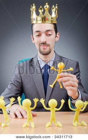 Chefe com figuras de seus subordinados