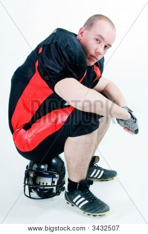 American Football-Spieler sitzen auf dem Helm