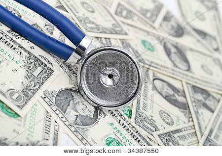 Stethoskop und US-Dollar teure Gesundheitsversorgung zur Veranschaulichung