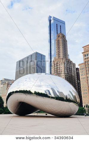 CHICAGO, IL - 06.10.2009: Cloud Gate und Chicago Skyline am 6. Oktober 2011 in Chicago, Illinois. Wolke G