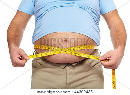 Homem gordo segurando uma fita métrica. Perda de peso.
