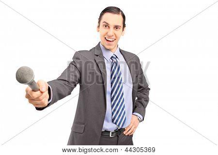 Um repórter masculino profissional, segurando um microfone isolado no fundo branco