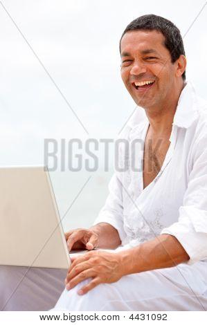Homem de praia em um Laptop