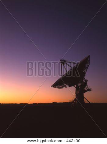 Silueta de plato de satélite