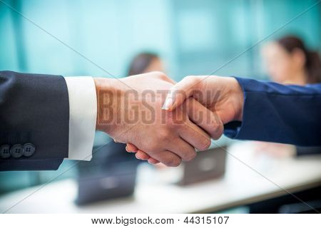 Business Handshake im Büro