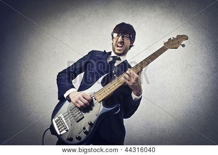 no baixo de jovem músico