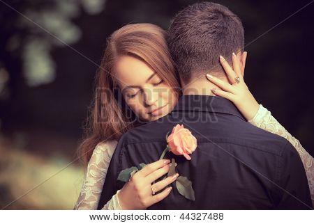 Amor e carinho entre um jovem casal no Parque