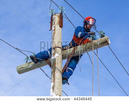 Electrician Working At Height Without The Aid Of Vehicles