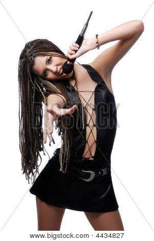 Joven cantante atractiva mujer