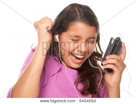 Chica muy hispana escuchar y bailar música