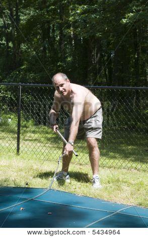 Retirar la cubierta de la piscina en casa suburbana de propietario