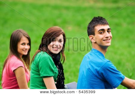 Jóvenes estudiantes de aprendizaje al aire libre