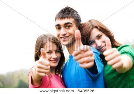 Happy Friends geben Okey Zeichen