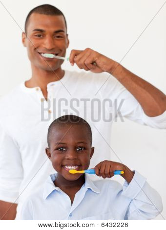 Padre y su hijo cepillarse los dientes