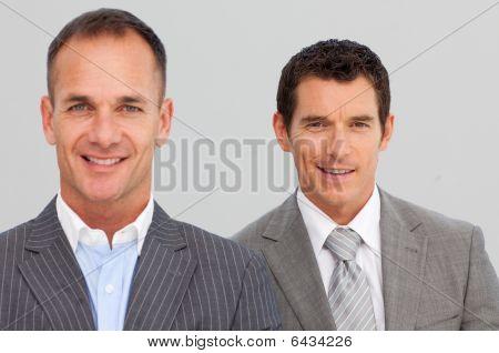 Retrato de empresarios confiados con los brazos cruzados
