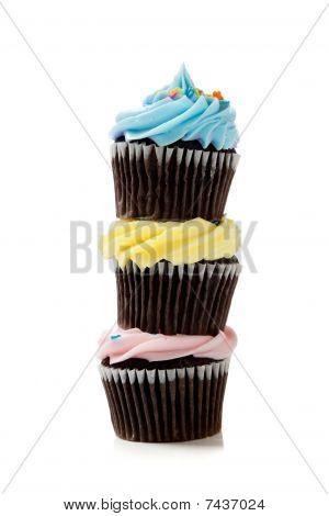 ein Stapel von Pastell Cupcakes auf weißem Hintergrund