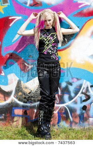 mulher em pé na parede grafite