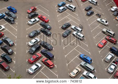Autos auf Parkplatz geparkt