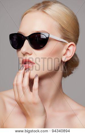 beautiful and fashion girl in sunglasses, close-up portrait, studio shot