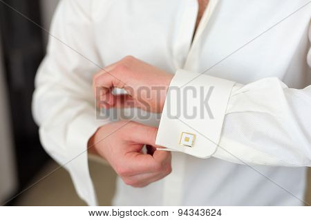 Groom buttons cuffs on the sleeve shirt