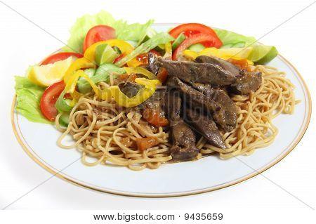 Leber und Nudeln mit Salat