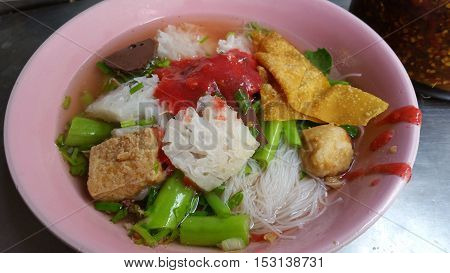 Thai noodle with red sauce and variety topping