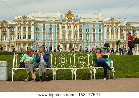 23.06.2016.Russia.Pushkin.The Catherine Palace.Tourists resting on the bench