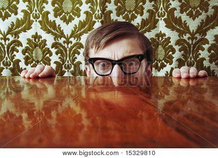 Angst versteckt sich hinter einem Schreibtisch nerd