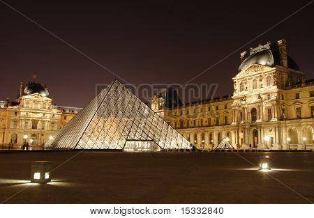 Musee du Louvre bei Nacht, Paris, Frankreich